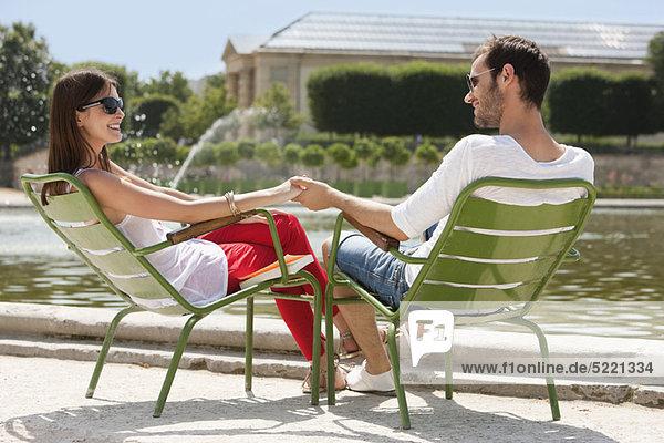 Paar auf Stühlen am Teich  Bassin achteckig  Jardin des Tuileries  Paris  Ile-de-France  Frankreich