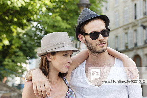 Paar mit Armen umeinander  Paris  Ile-de-France  Frankreich
