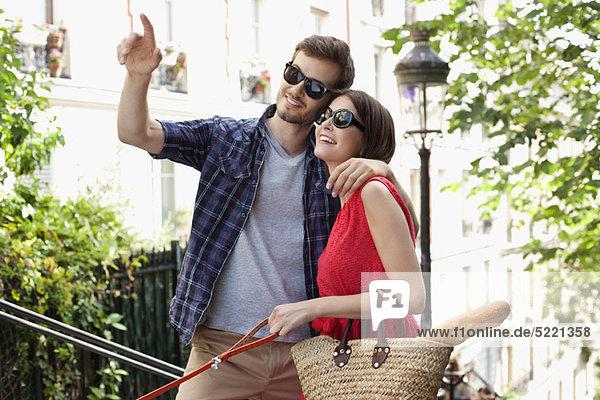 Paar lächelnd  Montmartre  Paris  Ile-de-France  Frankreich