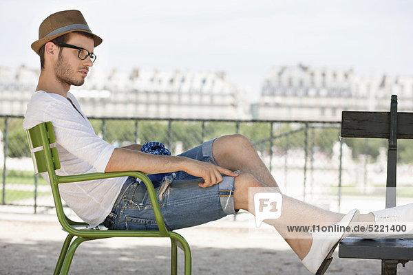 Mann auf einem Stuhl  Jardin des Tuileries  Paris  Ile-de-France  Frankreich