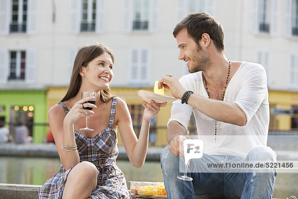Paar trinkt Rotwein  Paris  Ile-de-France  Frankreich