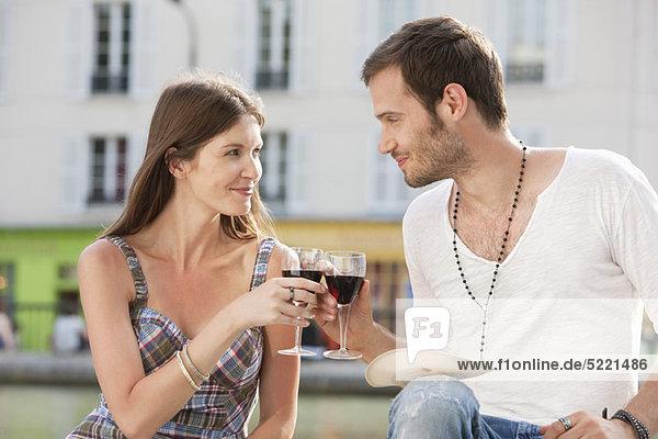 Pärchentoast mit Weingläsern  Paris  Ile-de-France  Frankreich