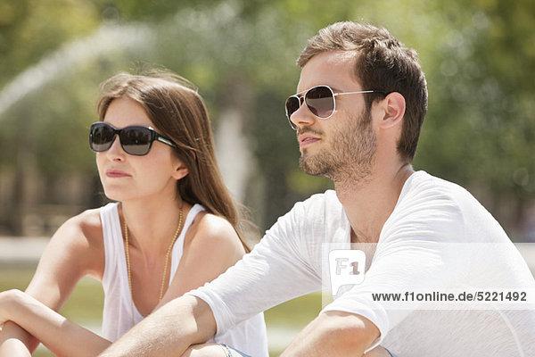 Paar im Garten sitzend  Bassin achteckig  Jardin des Tuileries  Paris  Ile-de-France  Frankreich