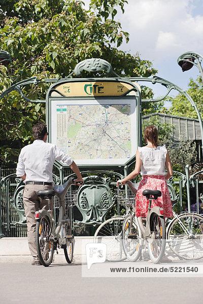 Paar mit Fahrrädern auf einer Karte  Paris  Ile-de-France  Frankreich