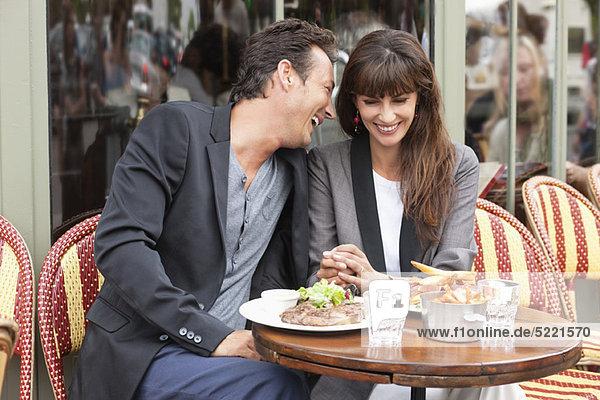 Romantisches Paar in einem Restaurant  Paris  Ile-de-France  Frankreich