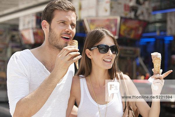 Paare essen Eis  Paris  Ile-de-France  Frankreich