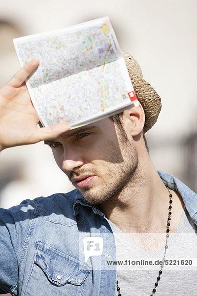 Nahaufnahme eines Mannes mit einer Karte  Paris  Ile-de-France  Frankreich