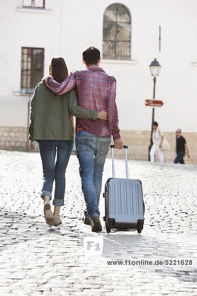 Rückansicht eines Paares auf einer Straße mit Koffer  Paris  Ile-de-France  Frankreich