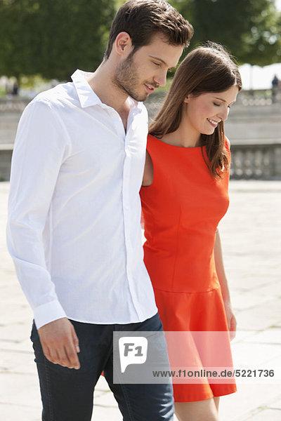 Paar  das mit den Armen herumläuft und lächelt  Paris  Ile-de-France  Frankreich
