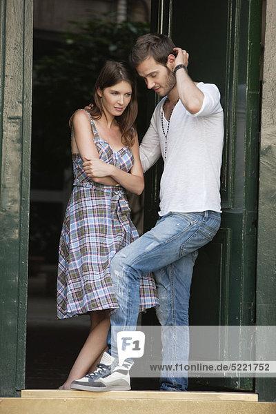 Paar steht am Eingang  Paris  Ile-de-France  Frankreich