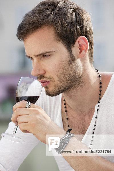 Nahaufnahme eines Mannes  der Rotwein trinkt  Paris  Ile-de-France  Frankreich