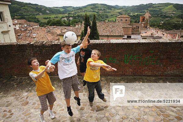 Junge - Person Straße Fußball spielen