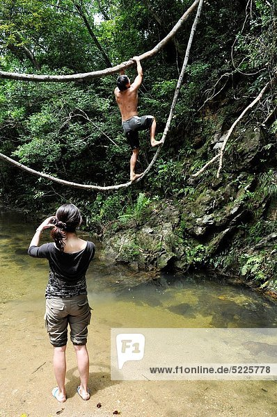 Freundschaft  Wasserfall  Okinawa  spielen