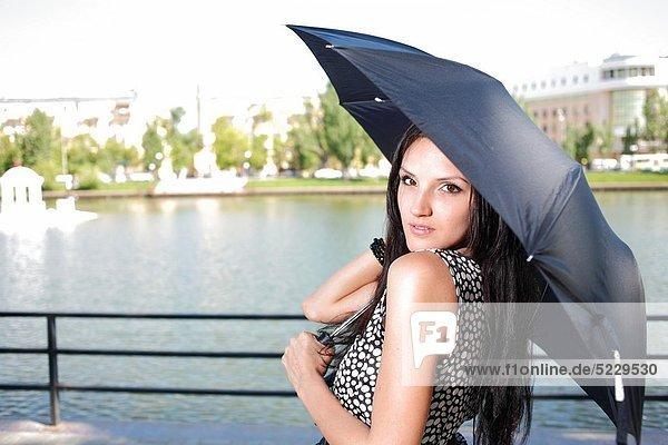 Außenaufnahme  Frau  Regenschirm  Schirm  alt  freie Natur  Jahr