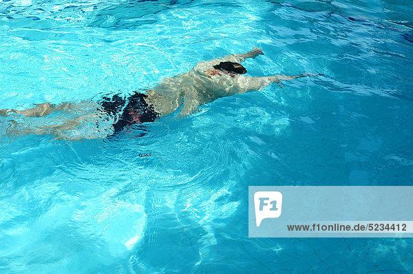 Mann schwimmt unter Wasser