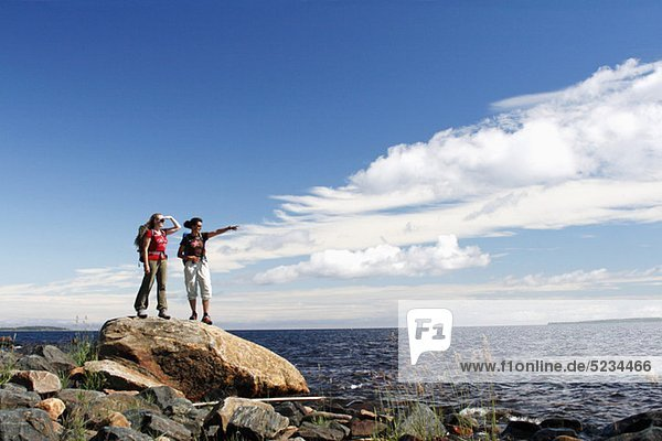Frauen schauen aufs Meer