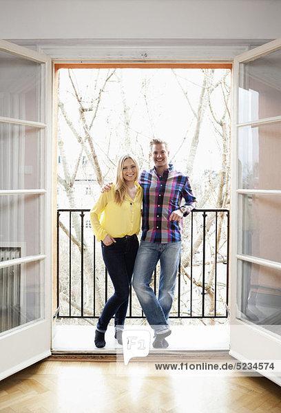 Paar auf dem Balkon