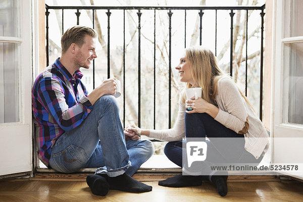 Paar auf dem Boden