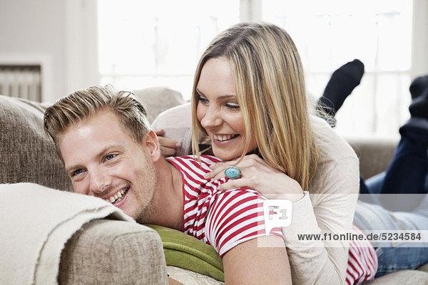 Paar im Sofa