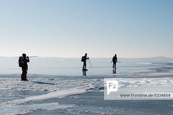 Drei Leute auf dem Eis