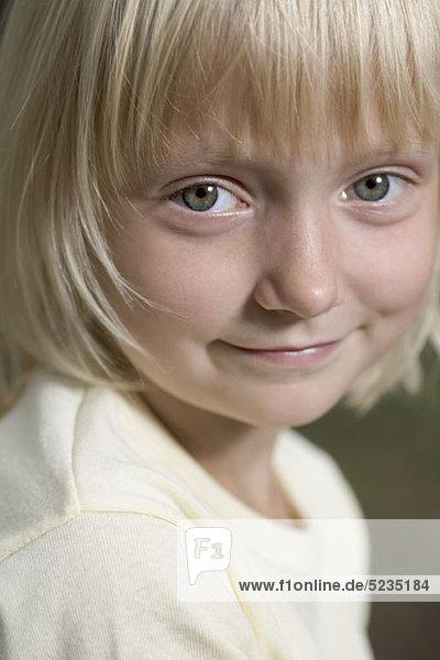 Ein junges lächelndes Mädchen  Nahaufnahme