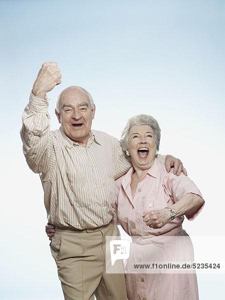 Jubelndes Seniorenpaar
