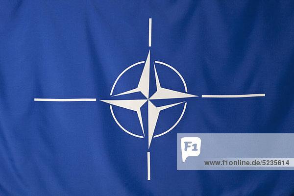 Nordatlantikpakt-Organisationsflagge  weißes Kompassrose-Emblem in blauem Hintergrund