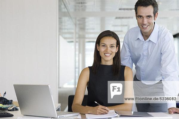 Geschäftsfrau und Geschäftsmann  Portrait