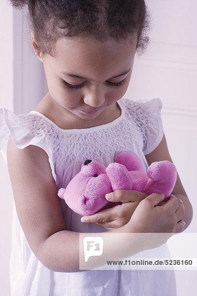 Kleines Mädchen mit Teddybär in der Hand