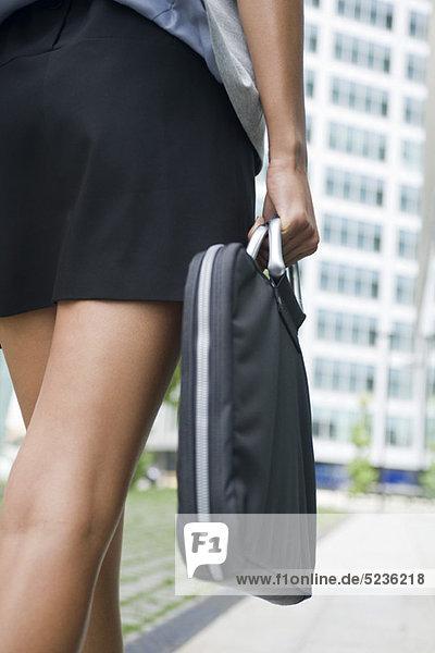 Frau mit Aktentasche  beschnitten