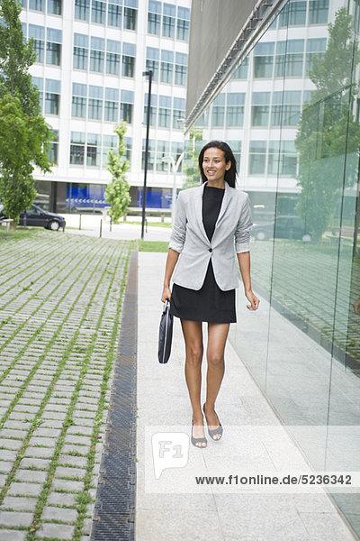 Geschäftsfrau zu Fuß mit Aktentasche