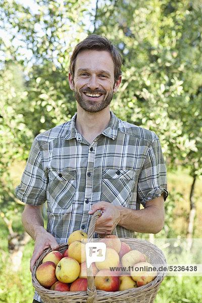 Mann  Korb  halten  Apfel