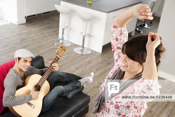 Tanzende Frau als Freund spielt Musik