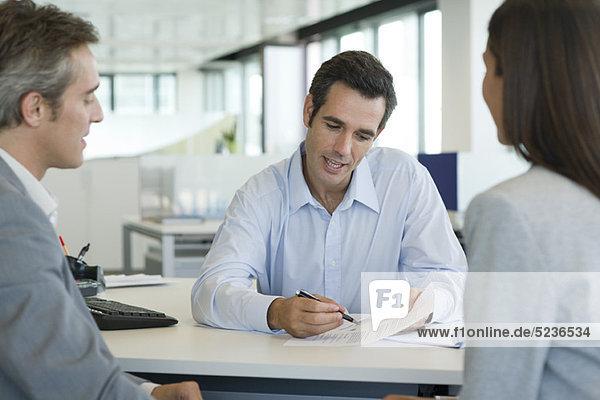 Geschäftsmann erklärt den Kunden das Dokument