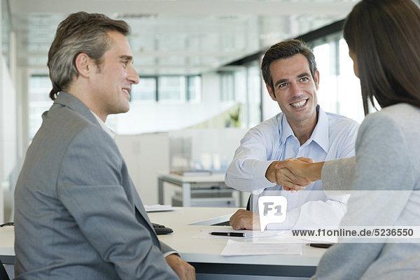 Geschäftsmann beim Händeschütteln mit dem Kunden