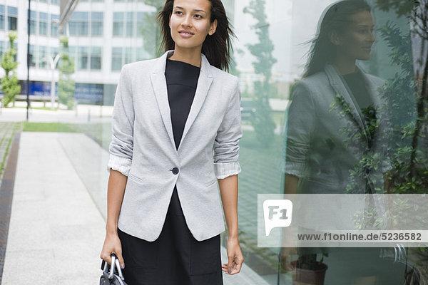 Lächelnde Geschäftsfrau