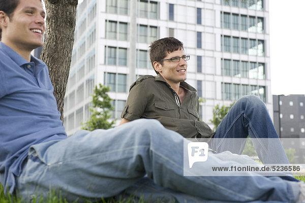 Männer entspannen sich auf Rasen
