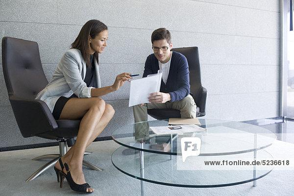 Geschäftsfrau erklärt dem Kunden das Dokument
