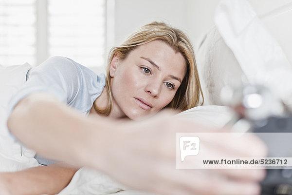 Frau  Prüfung  Bett  Uhr  alarmieren