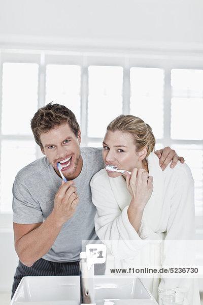 Pärchen beim Zähneputzen im Bad