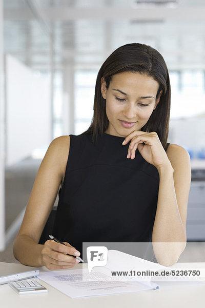 Geschäftsfrau beim Lesen  Portrait