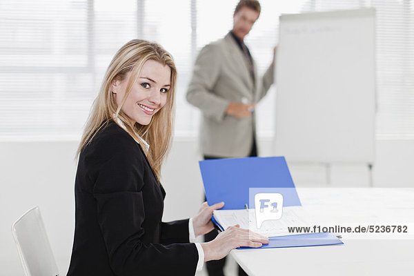 Geschäftsfrau  Aktenordner - Behälter  Büro  vorlesen