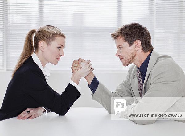 Rivalisierende Geschäftsleute Armdrücken