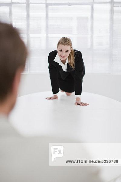 Geschäftsfrau  Kollege  flirten
