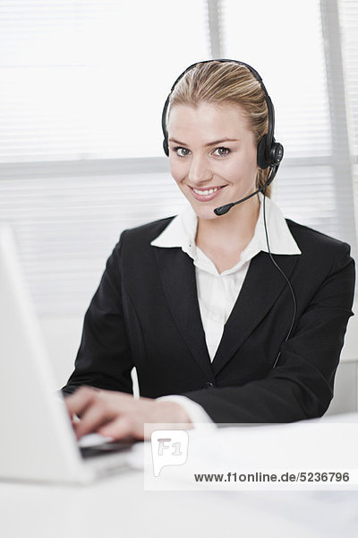 benutzen  Geschäftsfrau  Notebook  Headset