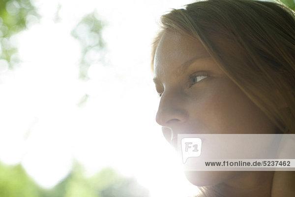 Junge Frau im Freien  dachte suchen entfernt in