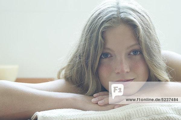 Junge Frau ruhelosigkeit Kopf auf Armen  Portrait