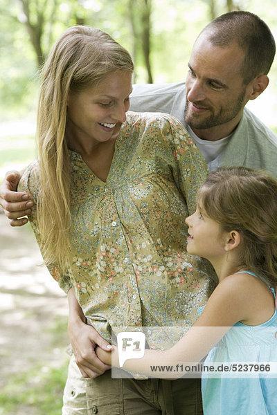 Familie zusammen im freien