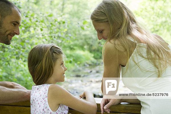 Mutter und Tochter  die angenehme Zeit zusammen im freien