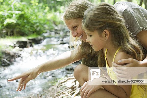 Mutter und Tochter Stream zusammen betrachten